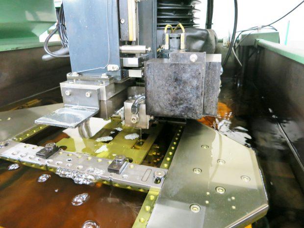 ナノレベルの加工を行う放電加工設備1