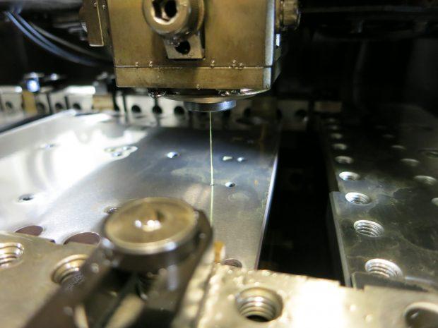 ナノレベルの加工を行う放電加工設備2
