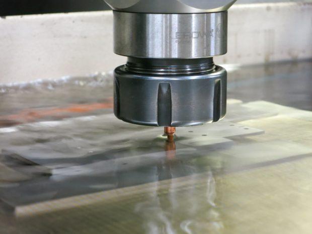 ナノレベルの加工を行う放電加工設備4
